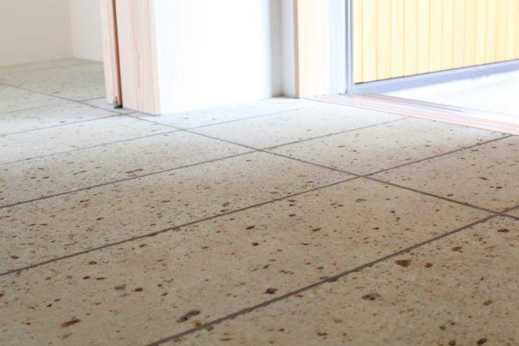 大谷石の土間|キノイエ|新潟県上越市・妙高市・糸魚川市の注文住宅|木の家づくり工務店|