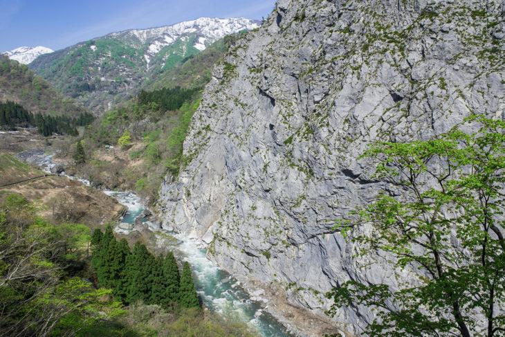 新緑の小滝川ヒスイ峡の大岩壁